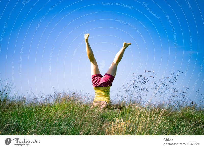 Sommerspäße I Mensch Natur Jugendliche blau Junge Frau grün Freude Leben lustig Gesundheit Bewegung natürlich Gras frei frisch