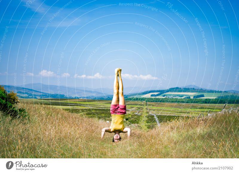Die Welt tragen Mensch Himmel Jugendliche Junge Frau Sommer Landschaft Freude Ferne Leben Gesundheit Zufriedenheit ästhetisch Idylle Fröhlichkeit Perspektive