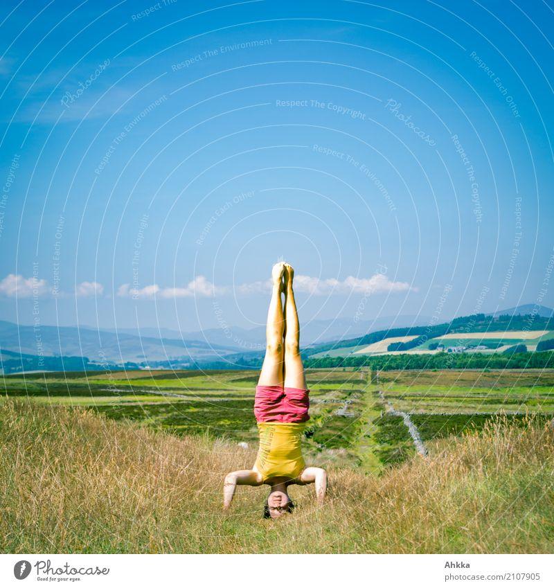 Kopfstand am Kopfende des UK Mensch Himmel Natur Sommer Landschaft Freude Leben Gesundheit feminin oben Ausflug Zufriedenheit frei Wachstum ästhetisch Idylle