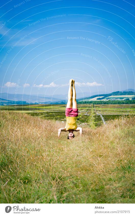 Haltung: 1 Mensch Himmel Natur Jugendliche blau Junge Frau Sommer grün Landschaft Freude Leben Gesundheit feminin außergewöhnlich Horizont Ausflug