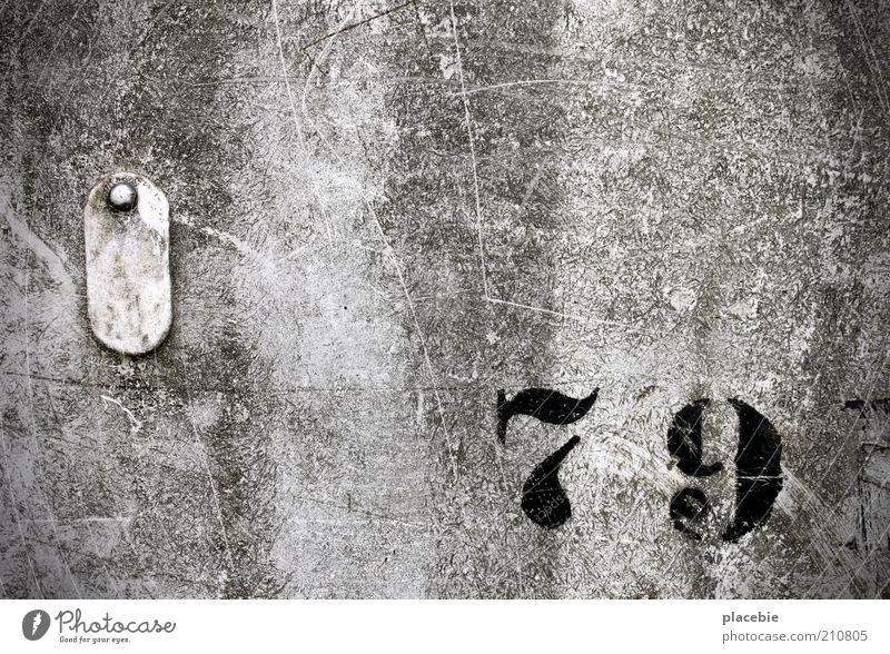 Neunundsiebzig alt schwarz Wand grau Mauer dreckig Schilder & Markierungen Wandel & Veränderung Dekoration & Verzierung Ziffern & Zahlen Zeichen Verfall