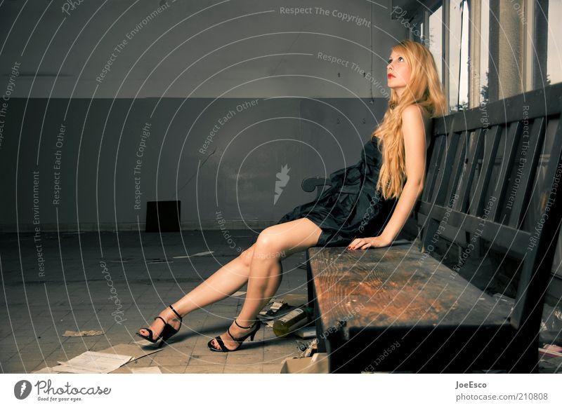 #210808 Lifestyle elegant Stil Frau Erwachsene Mensch Gebäude Mauer Wand Mode Kleid Damenschuhe blond langhaarig sitzen träumen warten dunkel trendy schön