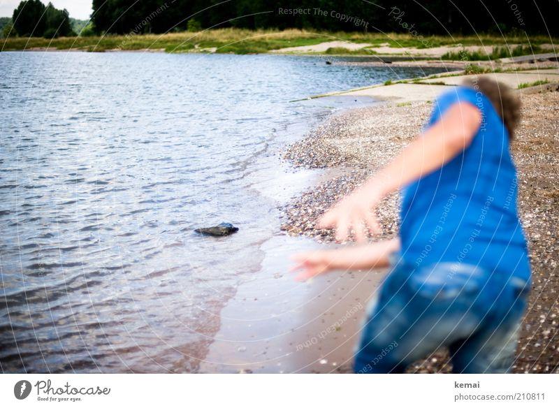 Steine hüpfen lassen Mensch maskulin Rücken Gesäß 1 Umwelt Natur Landschaft Wasser Sonnenlicht Sommer Schönes Wetter Gras Küste Flussufer Rhein werfen blau