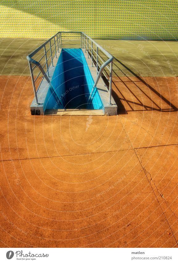 Azulejos Menschenleer Treppe Beton Stahl Linie einzigartig mehrfarbig gelb Lebensfreude orange himmelblau Treppengeländer Geländer Schatten Sonnenlicht