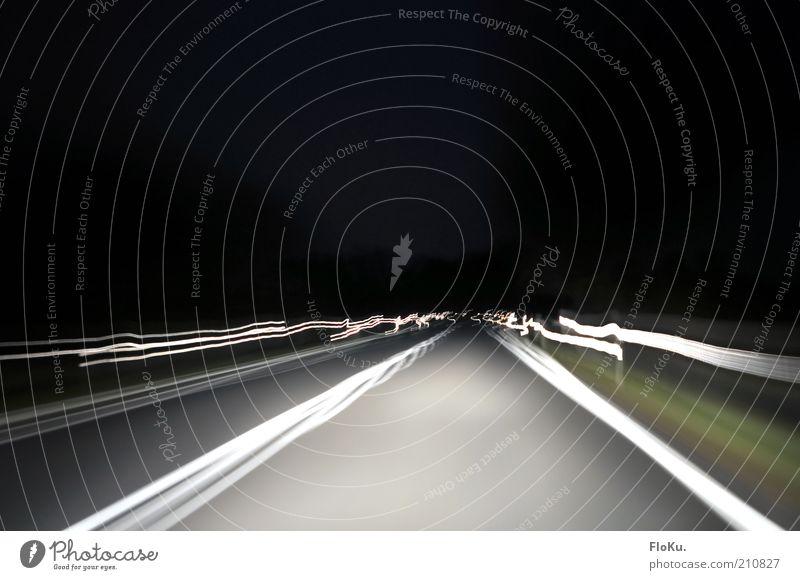 Warp 9 weiß schwarz Straße Bewegung grau hell Verkehr Geschwindigkeit fahren Nachthimmel außergewöhnlich Mobilität Verkehrswege Autofahren Fahrbahnmarkierung