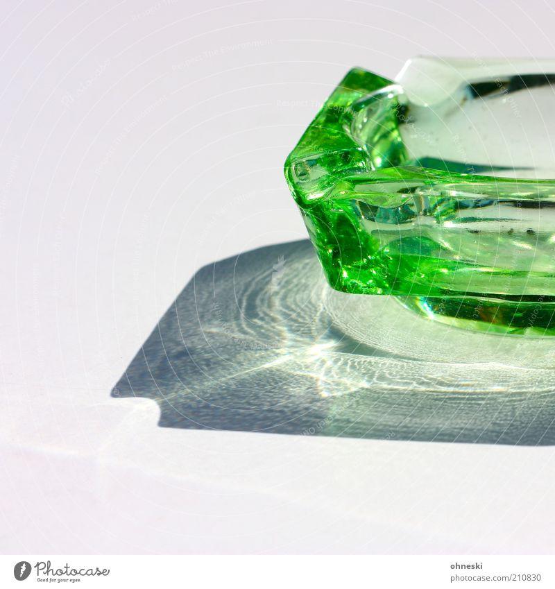 Licht Tisch Schalen & Schüsseln Aschenbecher Behälter u. Gefäße Glas Rauchen hell grün Farbfoto Textfreiraum unten Tag Schatten Kontrast Reflexion & Spiegelung