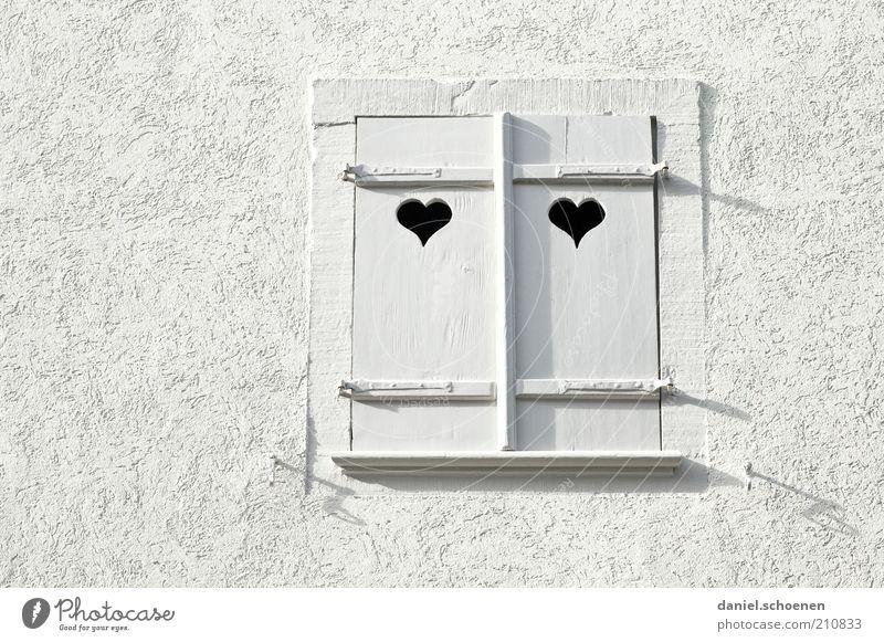 für Frischverliebte Mauer Wand Fenster Stein Holz Herz hell weiß Liebe Monochrom Detailaufnahme Fensterladen Fensterrahmen Fassade Putz Menschenleer