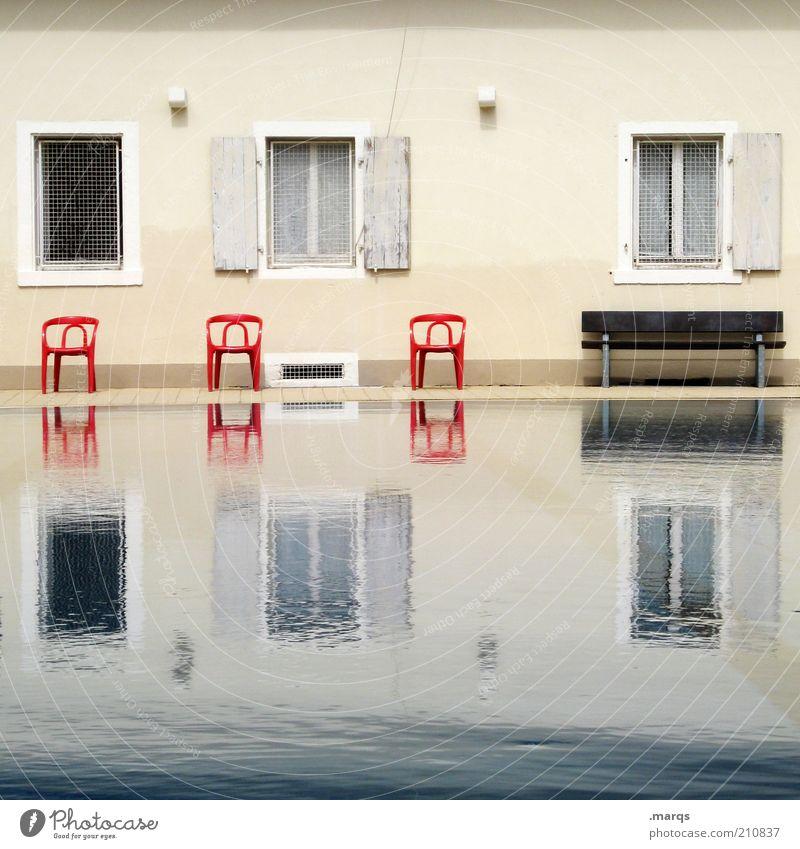 Land unter Wasser Haus Fassade Fenster außergewöhnlich nass Endzeitstimmung Symmetrie Stuhl Bank Überschwemmung Klimawandel Farbfoto Außenaufnahme Menschenleer
