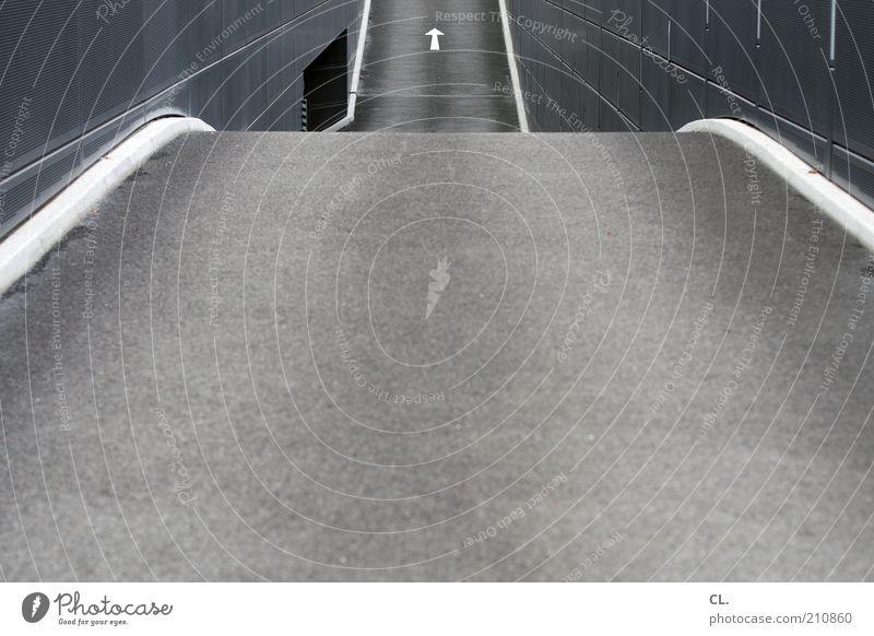 ausweg Menschenleer Architektur Verkehr Verkehrswege Straßenverkehr Wege & Pfade grau Beginn Fortschritt Perspektive Symmetrie Ziel Zukunft Pfeil