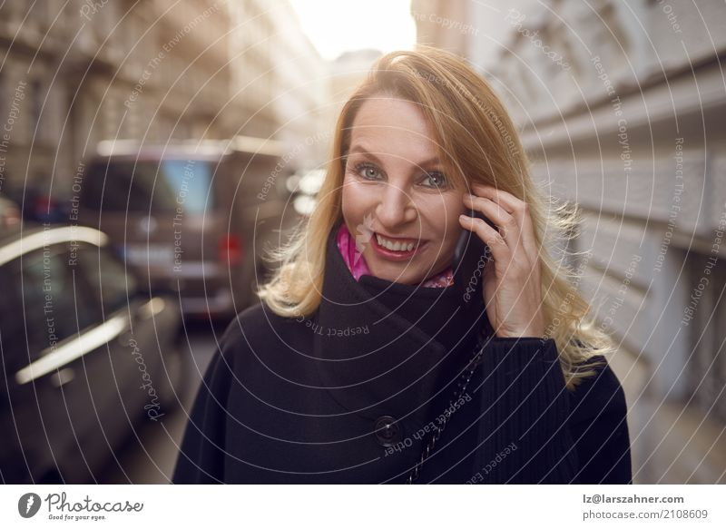 Mensch Frau Gesicht Erwachsene Straße Glück Business Textfreiraum Technik & Technologie Erfolg Lächeln Telefon Telefongespräch mittleren Alters Großstadt
