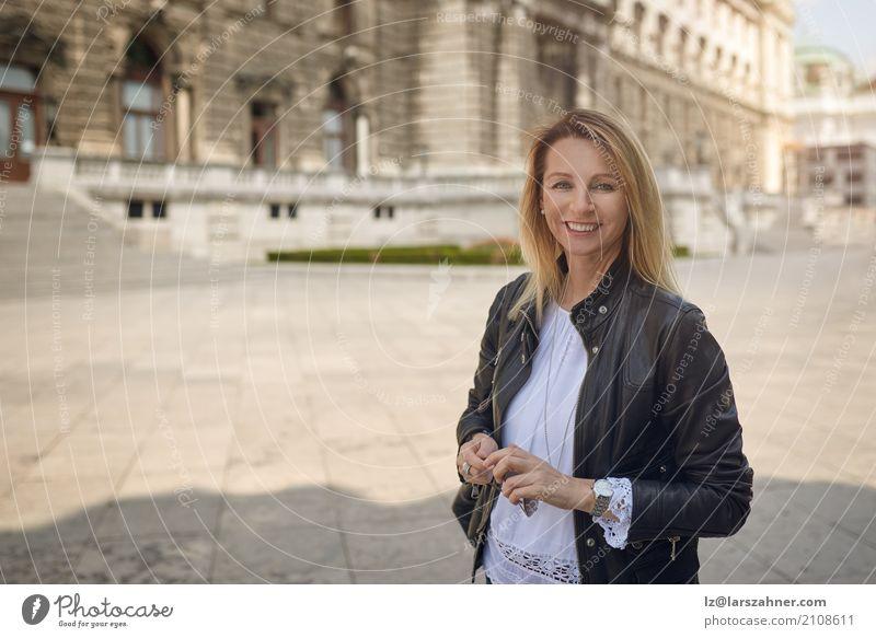 Mensch Frau Gesicht Erwachsene Gebäude Glück Textfreiraum blond stehen Lächeln historisch Tourist Palast mittleren Alters 30-45 Jahre