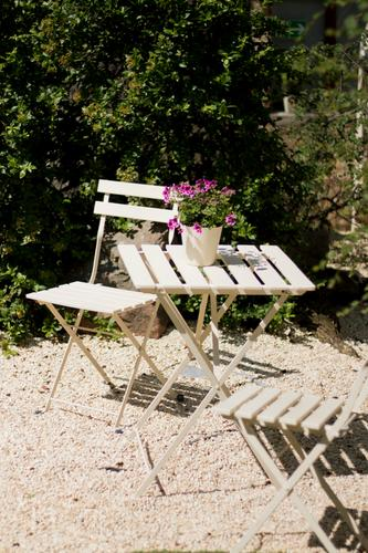 Garten shabby Stil altehrwürdig Holzstuhl Holztisch Liege holzliege grün Pflanze Gras Efeu Außenaufnahme Park Kissen gemütlich Erholung Pause ausruhend ruhig