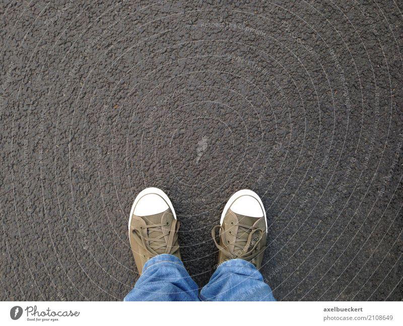 Fuß-Selfie Mensch Mann Erwachsene 1 Fußgänger Straße Jeanshose Schuhe Turnschuh stehen authentisch oben Asphalt Jeansstoff Leinwand Textfreiraum Boden