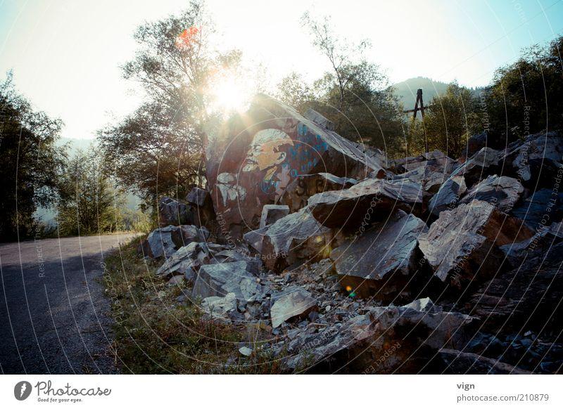 Der Wegweiser Kunstwerk Straßenkunst Felsen Kasachstan Denkmal Vergangenheit Lenin Leninismus Farbfoto Außenaufnahme Abend Licht Sonnenstrahlen Gegenlicht