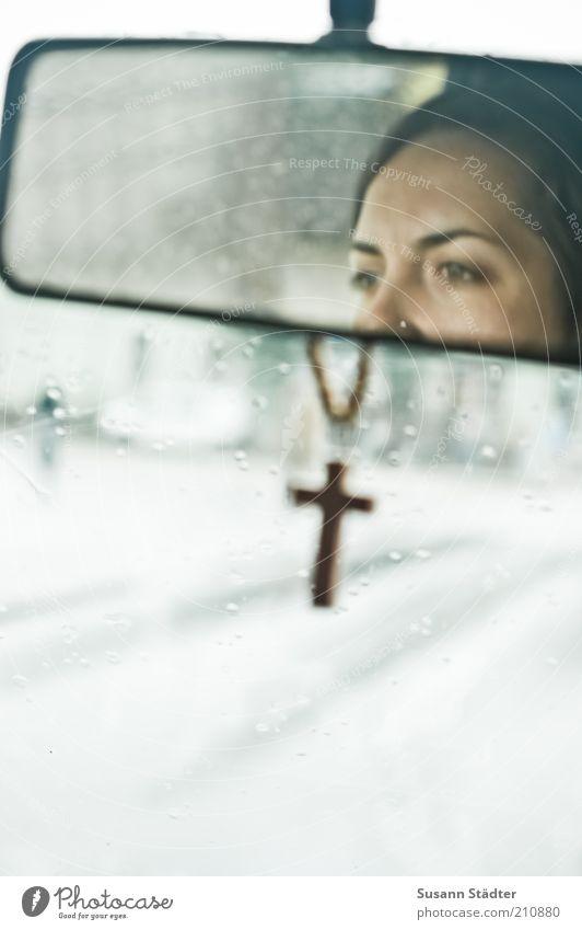 where should I go? Frau Jugendliche Straße feminin PKW Regen Religion & Glaube Erwachsene nass Verkehr fahren natürlich Christliches Kreuz Schmuck Verkehrswege Autofahren