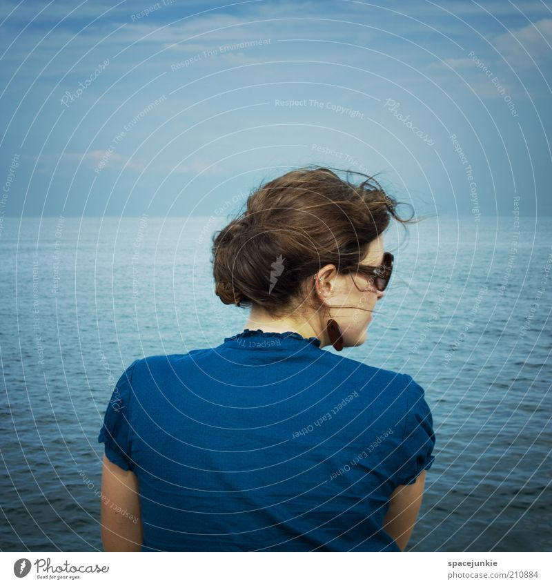 across the blue sea (2) Frau Mensch Wasser Himmel Meer blau Einsamkeit Erholung See Wind Rücken Horizont Hoffnung Zukunft Brille Sehnsucht