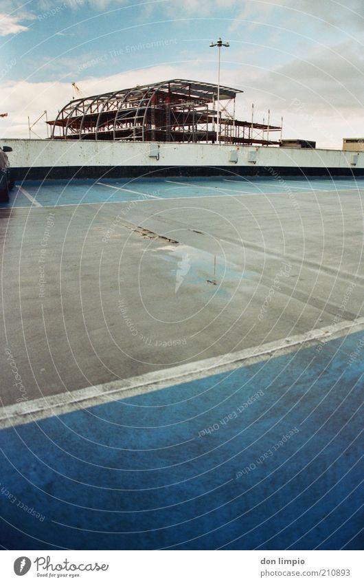 plattform Hausbau Baustelle schlechtes Wetter Dublin Republik Irland Europa Menschenleer Flughafen Parkhaus Bauwerk Dach Parkplatz Verkehrswege Beton Stadt blau