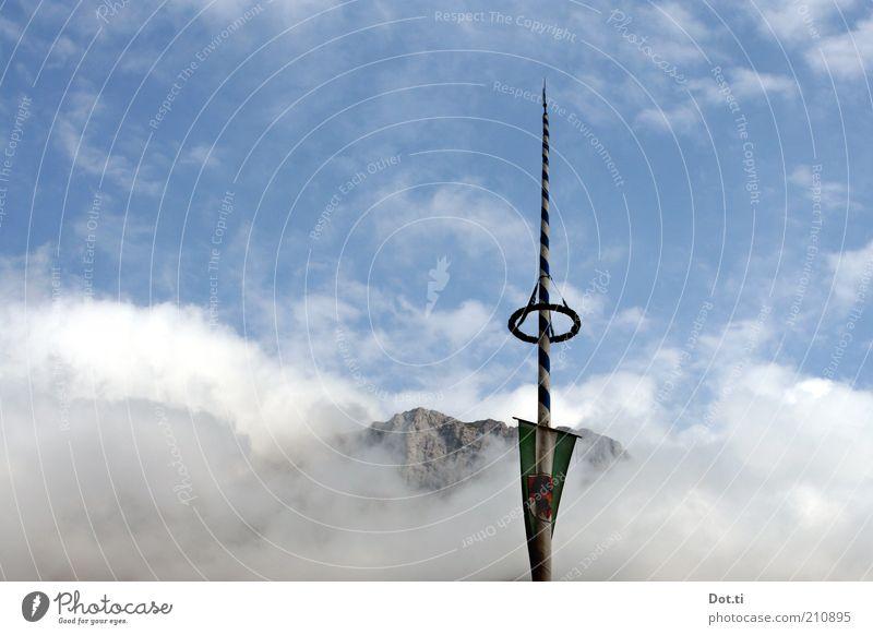 La Montanara Natur Landschaft Himmel Wolken Wetter Alpen Berge u. Gebirge Gipfel hoch blau Maibaum Kranz Fahnenmast alpin Bayern Tradition Spitze Feste & Feiern