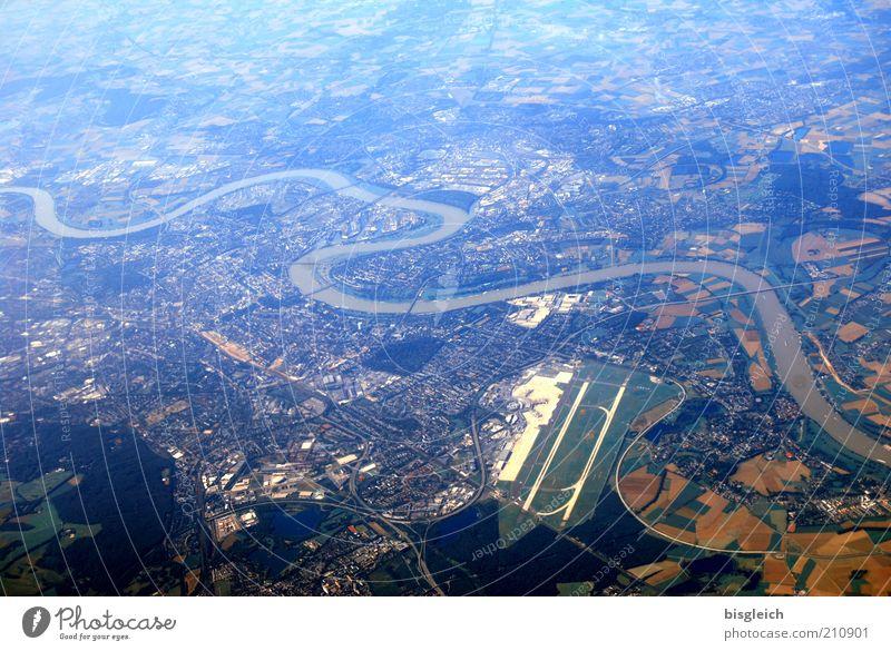 Schlangenlinie Fluss Stadt Flugplatz blau Fernweh Farbfoto Gedeckte Farben Außenaufnahme Luftaufnahme Tag Vogelperspektive