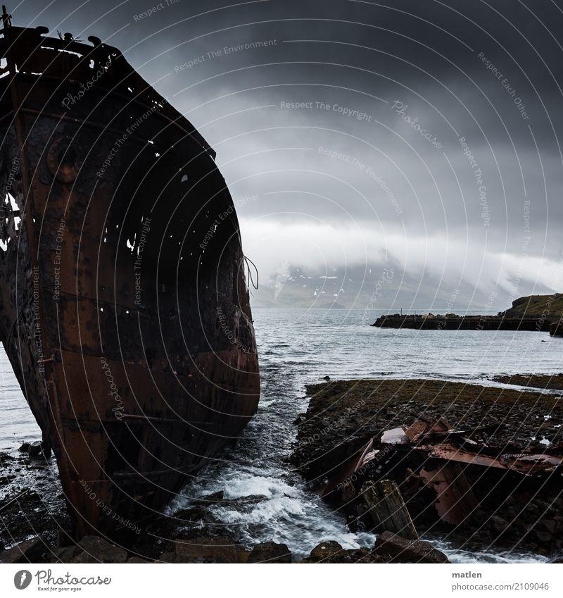 kaputt I Landschaft Himmel Wolken Frühling schlechtes Wetter Berge u. Gebirge Küste Fjord Meer Schifffahrt alt maritim braun grau Schiffswrack Westfjord Island
