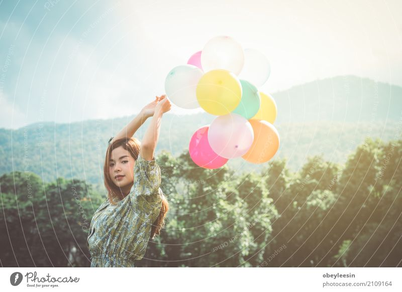 schönes junges asiatisches Mädchen haben ein glückliches Lifestyle Stil Design Freude Mensch Kunst Künstler Kunstwerk Abenteuer Farbfoto mehrfarbig