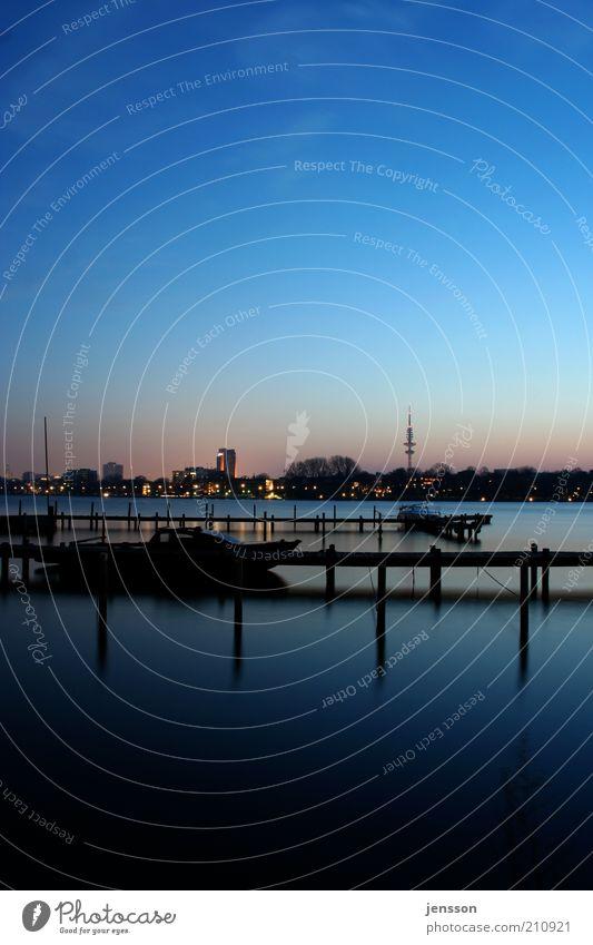 Alsterwasser Stadt Wasser Erholung ruhig See Wasserfahrzeug Romantik Hamburg Seeufer Skyline Wolkenloser Himmel Steg Abenddämmerung stagnierend Städtereise Blauer Himmel