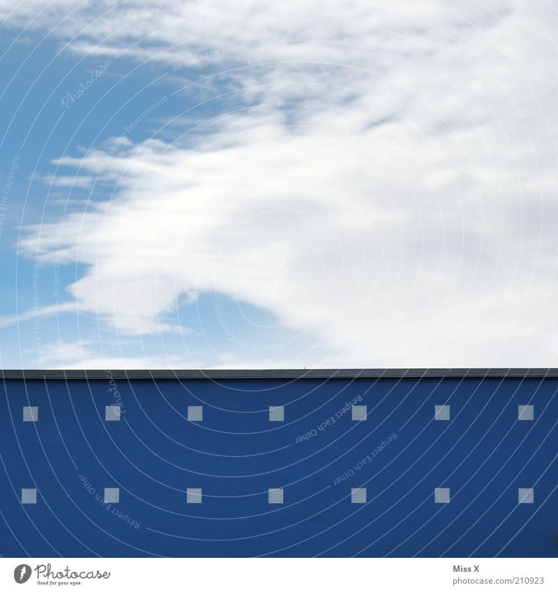 Spektakulääär Himmel Wolken Haus Mauer Wand eckig blau Farbenspiel Anstrich Farbfoto mehrfarbig Außenaufnahme Menschenleer Textfreiraum oben Textfreiraum unten