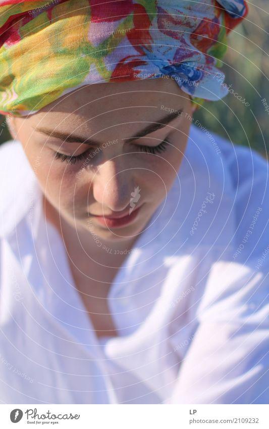 Mädchen mit Turban auf der Suche nach unten Lifestyle elegant Stil Haare & Frisuren Gesicht Schminke Gesundheit Behandlung Alternativmedizin Rauschmittel