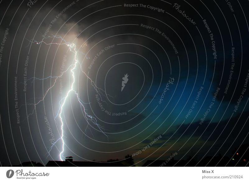 Bzzzzzzz Himmel dunkel Angst Energie Elektrizität gefährlich Dach bedrohlich Klima Nachthimmel außergewöhnlich gruselig Blitze Gewitter Unwetter Todesangst