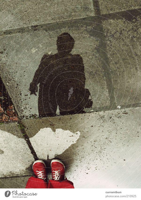 ...denn die im spiegelbild sieht man nicht. Wasser rot schwarz Schuhe Linie nass Beton Pfütze Identität Bodenplatten Experiment abstrakt Schattendasein