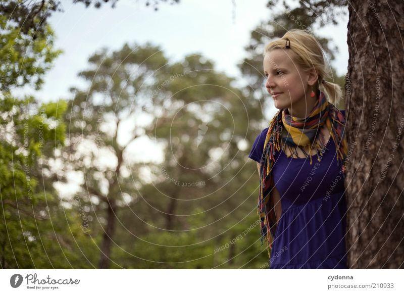 hier und jetzt Mensch Natur Jugendliche Baum Sommer ruhig Wald Erholung Leben Freiheit Umwelt träumen Erwachsene Zufriedenheit blond