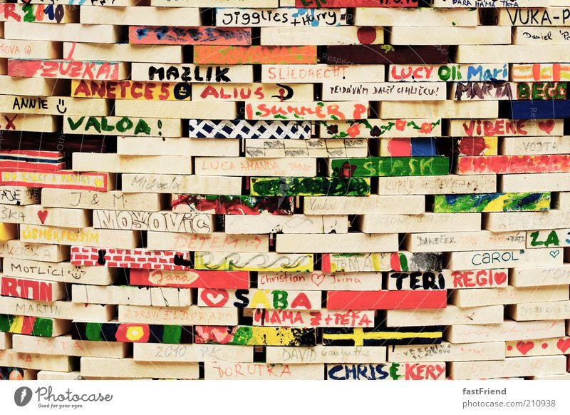Auch Große spielen gern Freizeit & Hobby Basteln Mauer Wand Zeichen Schriftzeichen bauen schön mehrfarbig Bauwerk Baustein Holz Farbstoff Namen Stapel