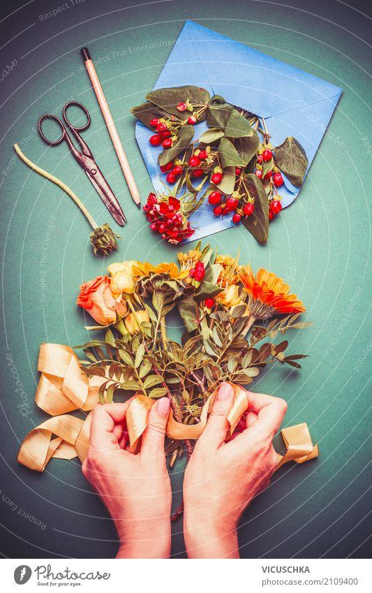 Weibliche Hände machen Herbst Blumenstrauß Lifestyle Stil Design Freizeit & Hobby Innenarchitektur Dekoration & Verzierung Erntedankfest Jahrmarkt Mensch