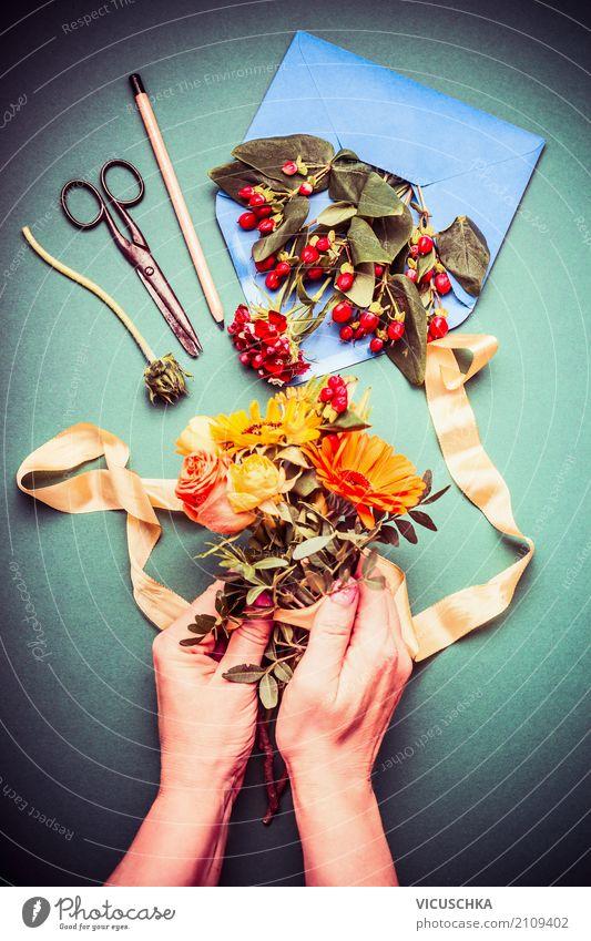 Weibliche Hände machen einen Herbststrauß Lifestyle elegant Stil Dekoration & Verzierung Feste & Feiern feminin Hand Natur Pflanze Rose Blumenstrauß gelb rosa