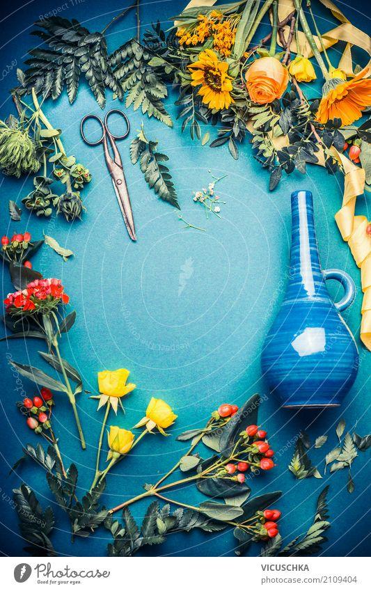 Herbstblumen und Blätter mit Schere und Vase Natur Sommer schön Blume Lifestyle Innenarchitektur Hintergrundbild Stil Design Freizeit & Hobby Häusliches Leben