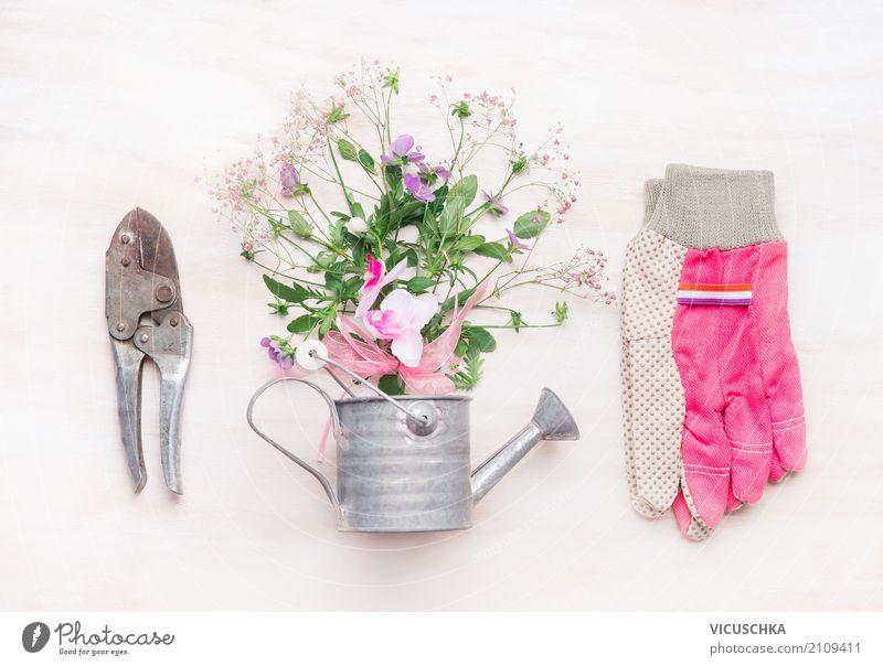 Gartentisch mit Gartengeräte , Blumen und Gießkanne Lifestyle Stil Design Freizeit & Hobby Sommer Natur Pflanze Frühling Dekoration & Verzierung Blumenstrauß