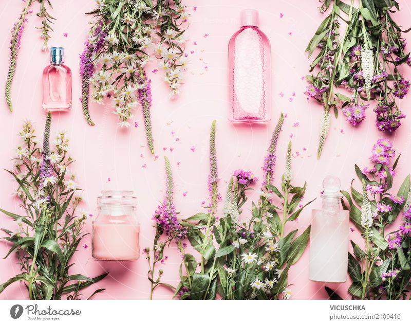 Kosmetikprodukte in Flaschen und frischen Kräutern und Blumen Natur Pflanze schön Blatt Leben Lifestyle Blüte Gesundheit Stil rosa Design kaufen Wellness
