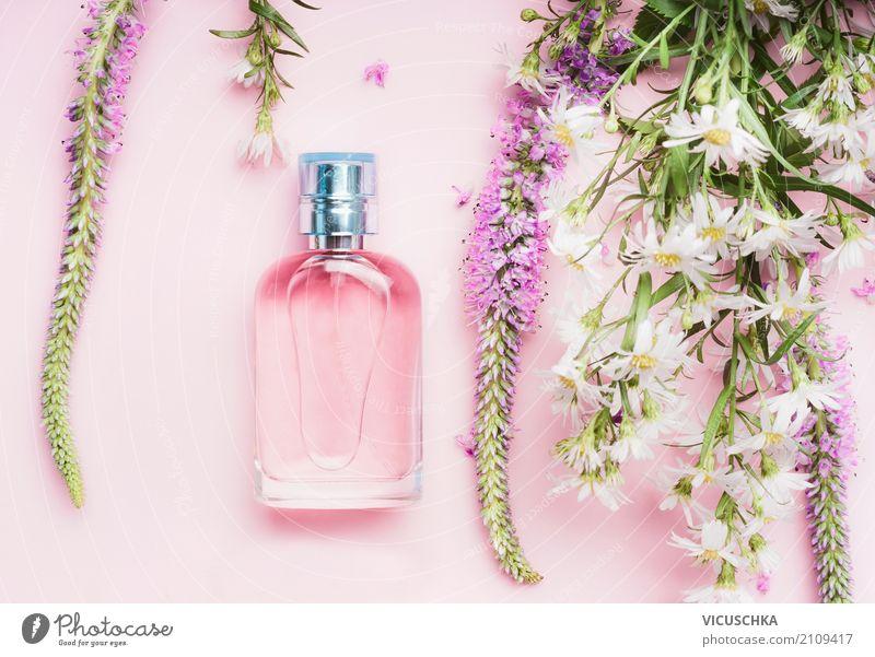 Parfüm Flasche mit frischen Kräutern und Blumen Lifestyle kaufen Stil Design schön Parfum Wellness Spa Natur Pflanze Rose Mode Accessoire Blumenstrauß rosa Duft