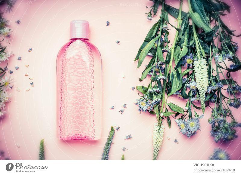 Kosmetik Flasche mit Reinigungswasser und Blumen Lifestyle kaufen Stil Design schön Körperpflege Haut Schminke Gesundheit Wellness Natur Pflanze Blüte Container