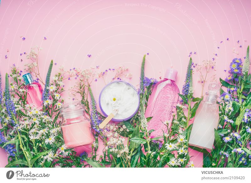 Natürliche Kosmetikprodukte mit frischen Kräutern und Blumen Natur Pflanze schön Blatt Lifestyle Blüte Gesundheit feminin Stil rosa Design kaufen Wellness Rose