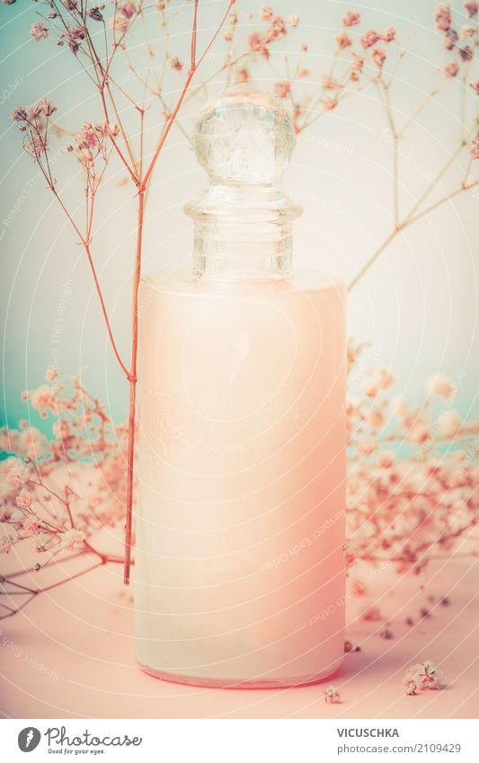Flasche mit Kosmetik Lotion und Blumen Lifestyle kaufen Stil schön Körperpflege Parfum Creme Gesundheit Wellness Spa rosa Design Parfumflakon Haarwaschmittel