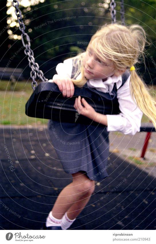 Schulnebel Mensch Kind Mädchen 1 3-8 Jahre Kindheit Spielplatz blond Pony Denken schaukeln Einsamkeit ruhig träumen Farbfoto Gedeckte Farben Außenaufnahme Tag