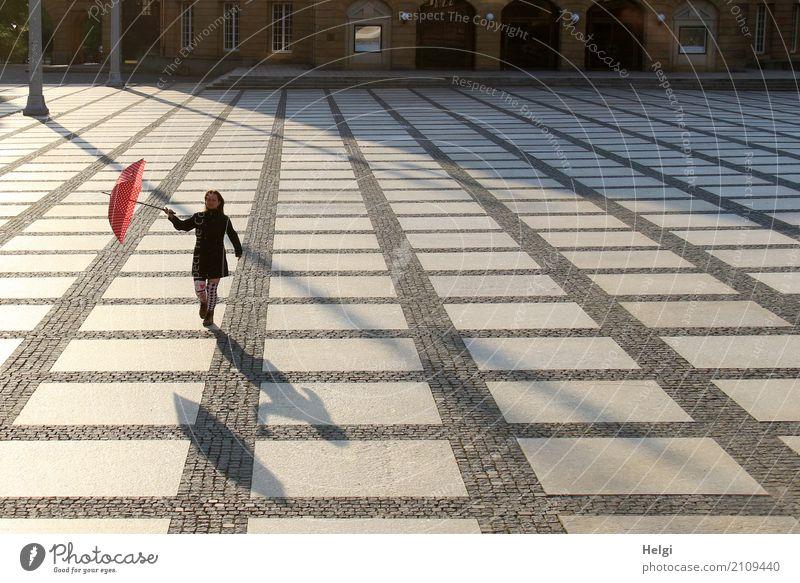 AST 10 | die mit dem Schirm tanzt Mensch Frau Stadt rot Einsamkeit Freude schwarz Erwachsene Leben Bewegung feminin Stein grau Stimmung gehen ästhetisch