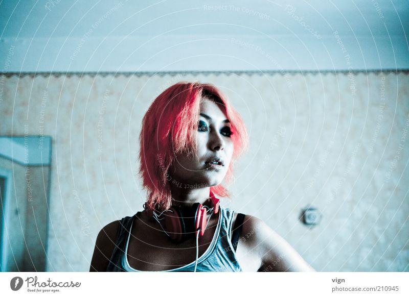 Rot steht ihr gut feminin Junge Frau Jugendliche 1 Mensch 18-30 Jahre Erwachsene Kopfhörer Piercing Haare & Frisuren rothaarig Coolness frech schön wild