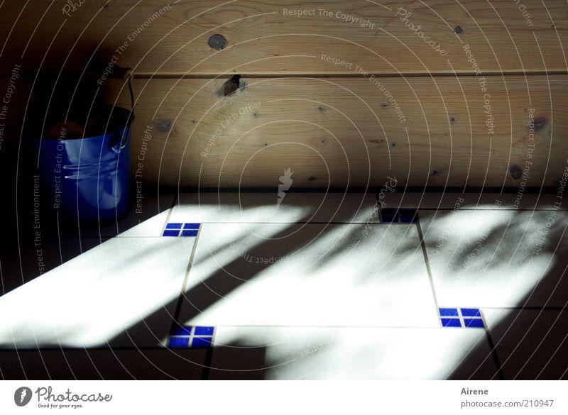 Kübel Kuchel Kacheln weiß blau dunkel Wand Holz Stein Mauer braun hell Metall authentisch Boden einfach Sauberkeit Häusliches Leben Streifen
