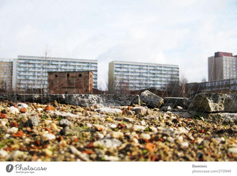 Auferstanden aus Ruinen alt Stadt blau Haus grau Stein Gebäude Sand braun dreckig Deutschland Beton Europa kaputt Leipzig