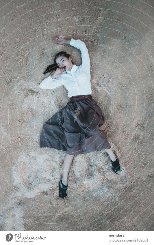 Rätselhaft Mensch Frau Jugendliche Junge Frau Erotik Einsamkeit 18-30 Jahre Erwachsene kalt Lifestyle feminin Stil Mode Angst elegant ästhetisch