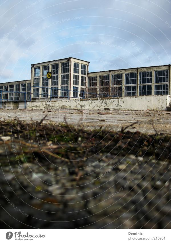 Ausgedient Leipzig Deutschland Europa Industrieanlage Gebäude Messe Fenster Stein Beton Glas alt dreckig kaputt blau braun grau Endzeitstimmung Vergänglichkeit