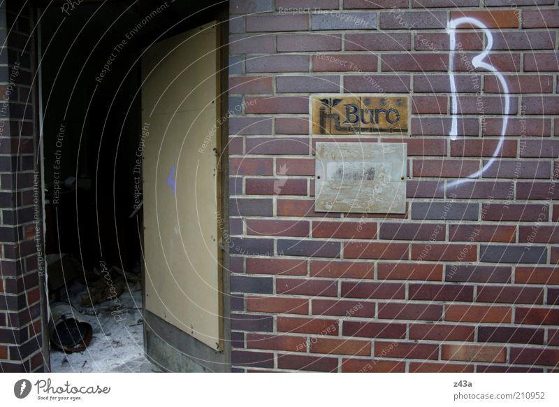 Arbeitsplatz Arbeit & Erwerbstätigkeit Wirtschaft Handel Geldinstitut Haus Gebäude Mauer Wand Fassade Tür Stein skurril Schlamassel Farbfoto Außenaufnahme