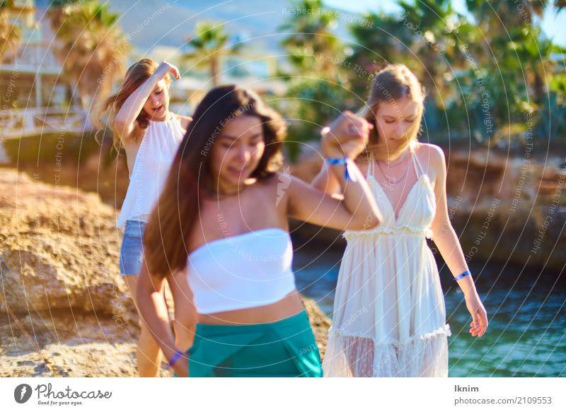 Freunde in der Abendsonne Lifestyle Junge Frau Jugendliche Freundschaft Leben 3 Mensch 18-30 Jahre Erwachsene Jugendkultur laufen Ferien & Urlaub & Reisen